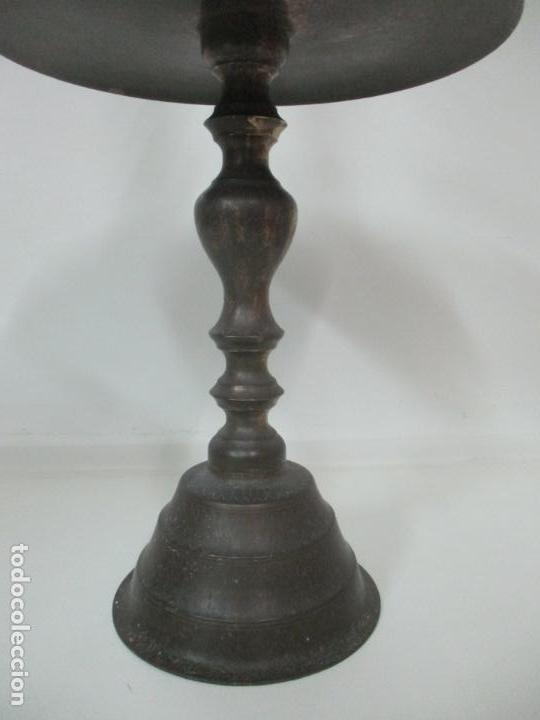 Antigüedades: Antigua Pareja de Candelabros de Altar, Iglesia - Bronce Cincelado - 70 cm Altura - S. XVIII-XIX - Foto 6 - 152942154