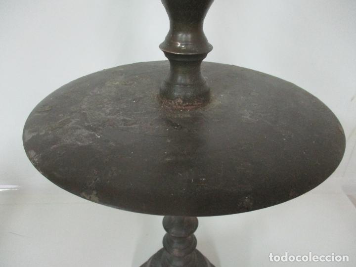 Antigüedades: Antigua Pareja de Candelabros de Altar, Iglesia - Bronce Cincelado - 70 cm Altura - S. XVIII-XIX - Foto 12 - 152942154