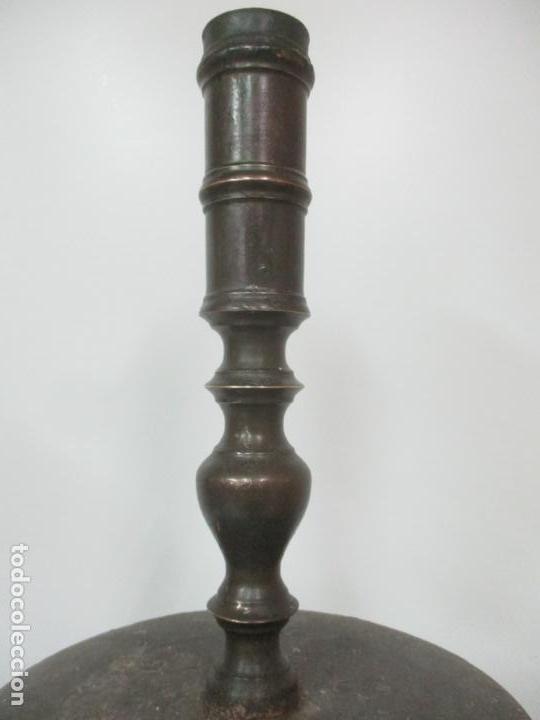 Antigüedades: Antigua Pareja de Candelabros de Altar, Iglesia - Bronce Cincelado - 70 cm Altura - S. XVIII-XIX - Foto 13 - 152942154