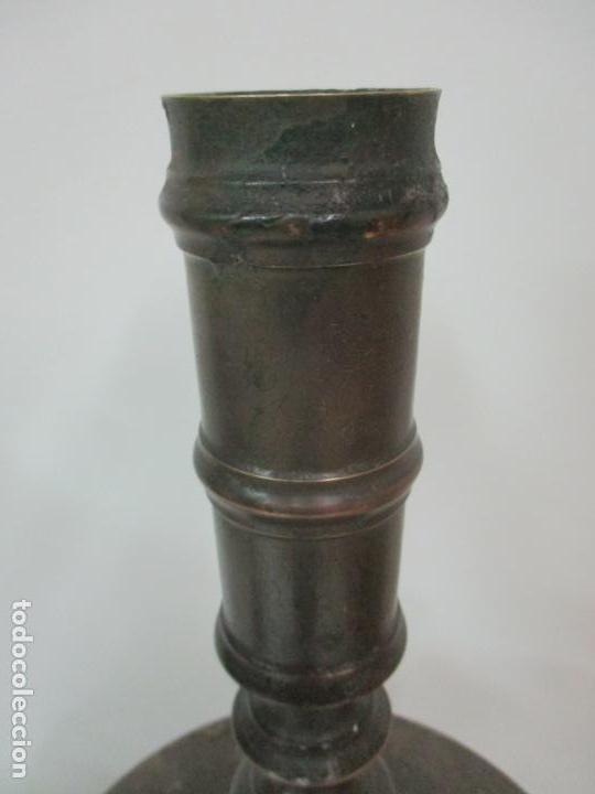 Antigüedades: Antigua Pareja de Candelabros de Altar, Iglesia - Bronce Cincelado - 70 cm Altura - S. XVIII-XIX - Foto 15 - 152942154