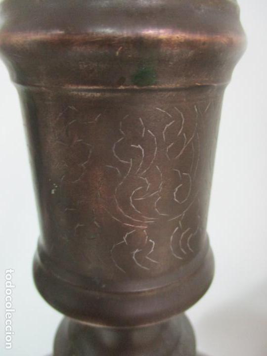 Antigüedades: Antigua Pareja de Candelabros de Altar, Iglesia - Bronce Cincelado - 70 cm Altura - S. XVIII-XIX - Foto 17 - 152942154
