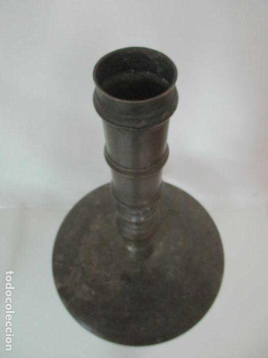 Antigüedades: Antigua Pareja de Candelabros de Altar, Iglesia - Bronce Cincelado - 70 cm Altura - S. XVIII-XIX - Foto 18 - 152942154