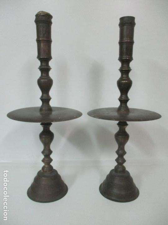 Antigüedades: Antigua Pareja de Candelabros de Altar, Iglesia - Bronce Cincelado - 70 cm Altura - S. XVIII-XIX - Foto 21 - 152942154