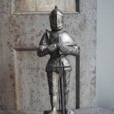 Antigüedades: GUERRERO CON SU ARMADURA MEDIEVAL METALICA Y ESPADA DE TOLEDO. Lote 153057402