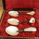 Antigüedades: ESPECTACULAR JUEGO DE 3 CUCHARAS EN NACAR. TWO'S COMPANY. MADE IN INDIA. Lote 153073260