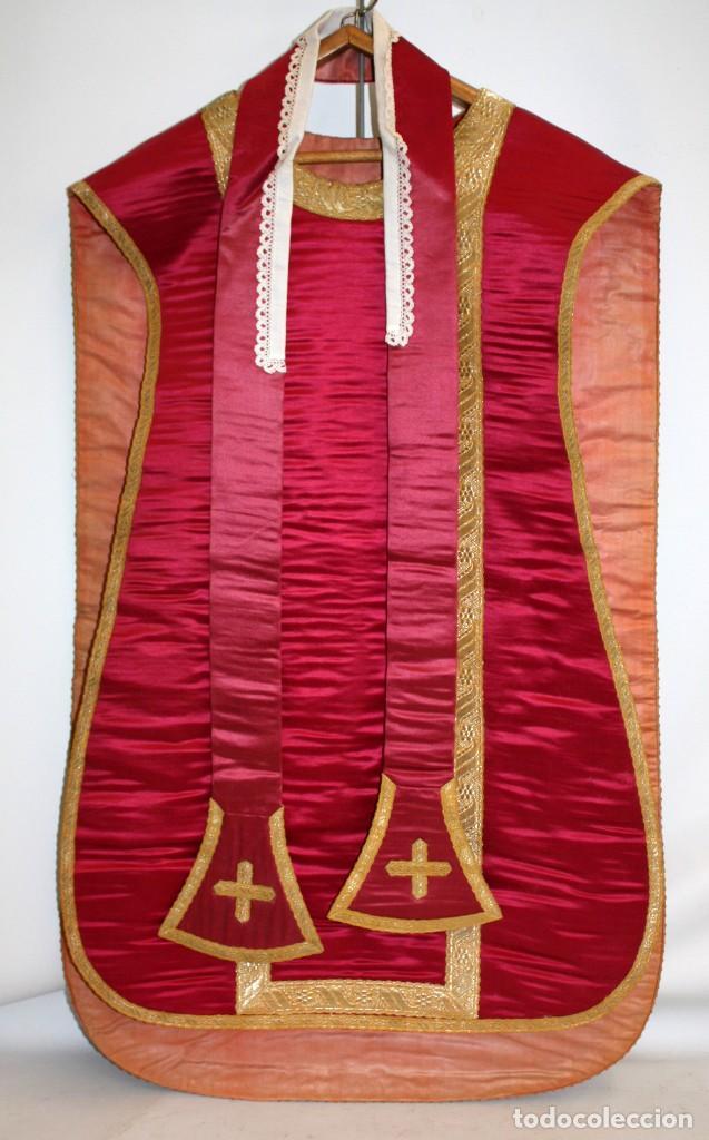 CASULLA EN ROPA DE SEDA, PASAMENERIA DORADA Y PEDRERIA CON SU ESTOLA. CIRCA 1890 - 1900 (Antigüedades - Religiosas - Casullas Antiguas)