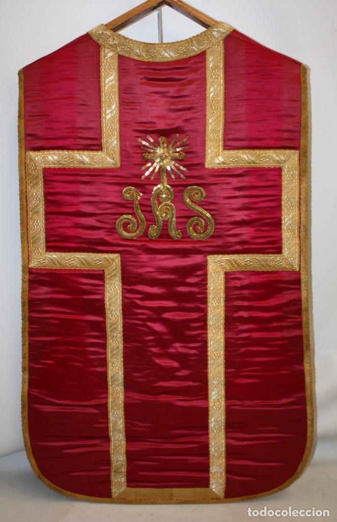 Antigüedades: CASULLA EN ROPA DE SEDA, PASAMENERIA DORADA Y PEDRERIA CON SU ESTOLA. CIRCA 1890 - 1900 - Foto 2 - 153080274