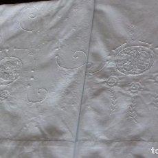 Antigüedades: ANTIGUA SABANA BORDADA CON INICIALES Y VAINICA.. Lote 153122346