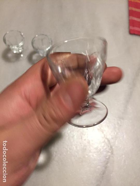 Antigüedades: Antiguas 3 pequeñas copa / copas de cristal prensado de licor o destilados años 40-50 - Foto 5 - 183700773