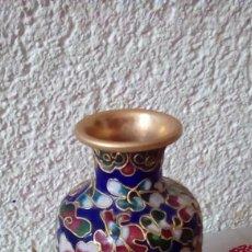 Antigüedades: PRECIOSO JARRON DE PORCELANA RECUBIERTO DE FILIGRANA DE MÉTAL DIRAIS Y VIDRIADO.. Lote 153208990
