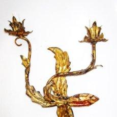Antigüedades: PRECIOSO LAMPARA APLIQUE EN FORJA DORADA MIDCENTURY. Lote 153217686
