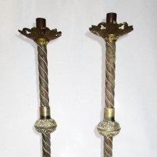 Antigüedades: PRECIOSA PAREJA DE CANDELABROS NEO GOTICOS LITURGICOS ALTAR IGLESIA BRONCE S XVIII. Lote 153220358