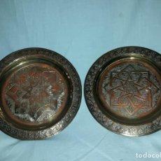 Antigüedades: PRECIOSO PAR DE PLATOS DE LATÓN TALLADOS ÁRABES. Lote 153224950