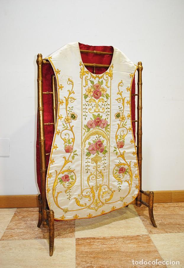 CASULLA ANTIGUA SACERDOTAL BORDADA - HECHA EN ESPAÑA (Antigüedades - Religiosas - Casullas Antiguas)