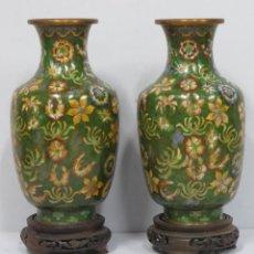 Antigüedades: PAREJA DE JARRNES DE CLOISONNE. MEDIADOS SIGLO XX. Lote 153242666