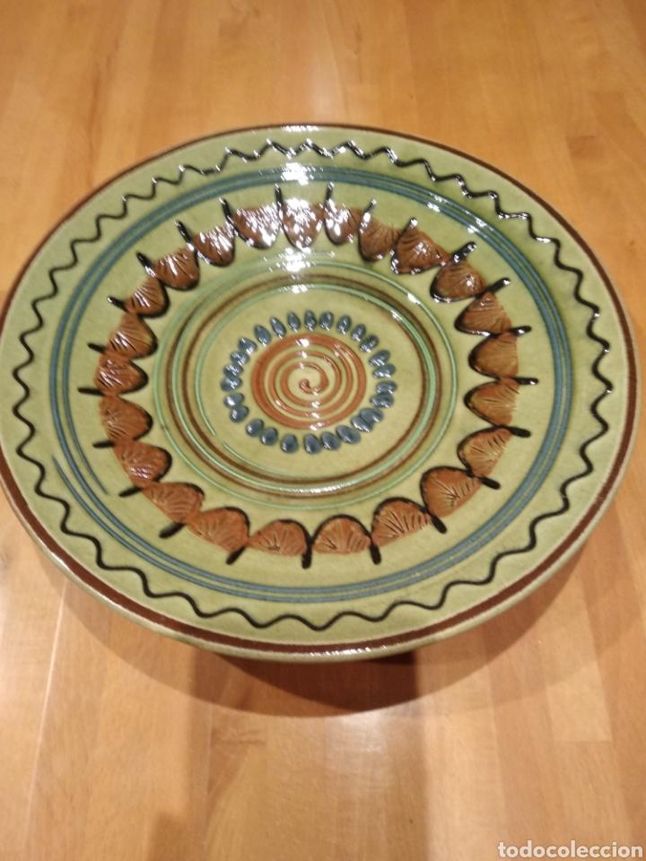 PLATO DE CERÁMICA DE LA BISBAL. (Antigüedades - Porcelanas y Cerámicas - La Bisbal)