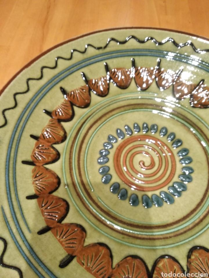 Antigüedades: Plato de cerámica de la Bisbal. - Foto 3 - 153253472