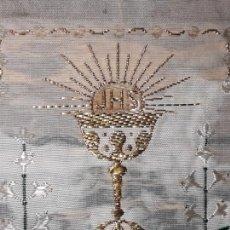 Antigüedades: CALIZ BORDADO EN HILO DE ORO.EN PEQUEÑA TELA ALMIDONADA. 8 CM X 5 CM. Lote 153273318