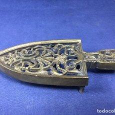 Antigüedades: ANTIGUO SOPORTE EN BRONCE CON BONITA DECORACIÓN PARA PLANCHA CARBÓN HIERRO 27 CM. Lote 153333150