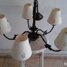 Antigüedades: LAMPARA DE TECHO CON 5 BRAZOS DE MADERA Y TULIPAS EN TELA. Lote 153339694