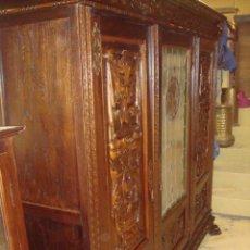 Antigüedades: APARADOR, LIBRERO RENACIMIENTO EN MADERA DE NOGAL CON EMPLOMADOS . Lote 153343802