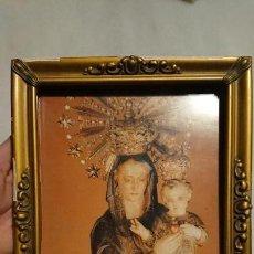 Antigüedades: ANTIGUO MARCO / PORTAFOTOS DORADO CON ESTAMPA DE LA VIRGEN Y NIÑO JESÚS AÑOS 50-60. Lote 153390934