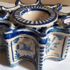 Antigüedades: GRAN TINTERO DESMONTABLE EN FORMA ESTRELLADA DE TRIANA ( SEVILLA ) CON ANIMALES Y FLORES EN AZUL. Lote 153400030