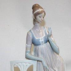 Antigüedades: GRAN PORCELANA LLADRÓ-MUJER,SILLA Y PERRO-47 CM.. Lote 153406050