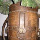 Antigüedades: CUBRE MACETAS O RECIPIENTE DE MADERA Y HIERRO.. Lote 153435754
