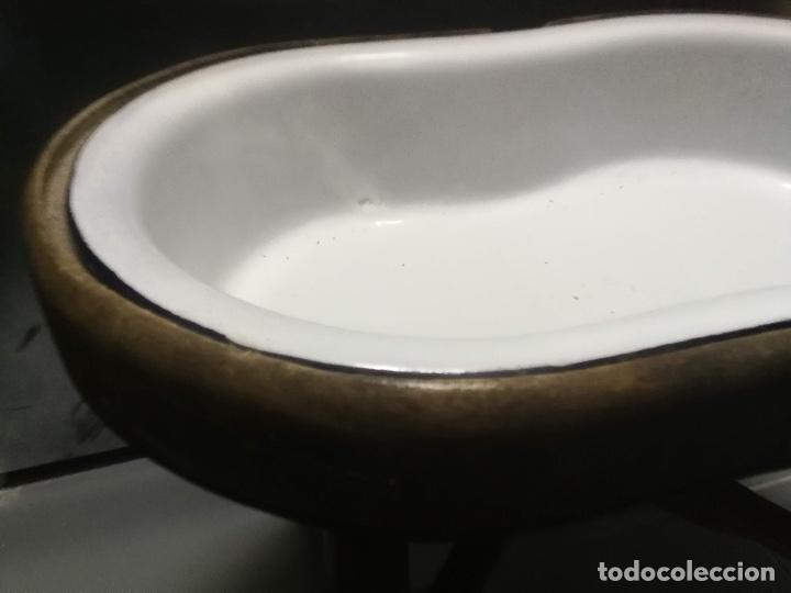 Antigüedades: ANTIGUA Y PRECIOSA BAÑERA DE BEBE - ESMALTADA - ESMALTE EN MUY BUEN ESTADO - Y BASE DE MADERA - COMP - Foto 3 - 153519974