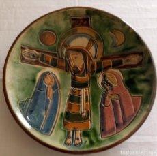 Antigüedades: PLATO CERAMICA DECORACION - JESUS EN LA CRUZ - VILA CLARA - 31.5 CMS. Lote 153532022