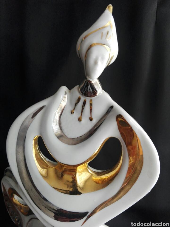 GRAN FIGURA PORCELANA ARLEQUIN PINTURA AL ORO GALOS 38,5 CM ALTURA (Antigüedades - Hogar y Decoración - Figuras Antiguas)
