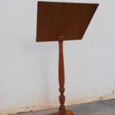 Antigüedades: ATRIL DE PIE EN MADERA TORNEADA. Lote 153596938