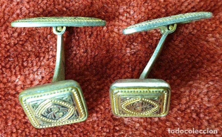 Antigüedades: COLECCIÓN DE 6 GEMELOS PARA HOMBRE. DAMASQUINADO Y NÁCAR. METAL DORADO. SIGLO XX. - Foto 11 - 153620538
