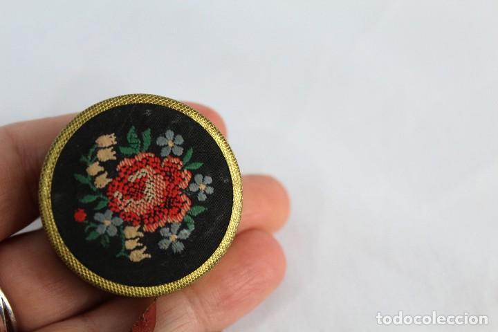 Antigüedades: Preciosa cinta métrica antigua de modista, con bordado de petit point. - Foto 3 - 153674466