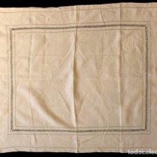 Antigüedades: ANTIGUO MANTEL DE LINO CREPE CON VAINICAS E INICIALES - PPIO. S. XX. Lote 153676830