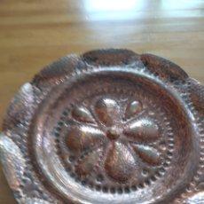 Antigüedades: PLATO DE BRONCE, SE PUEDE COLGAR. Lote 153678605