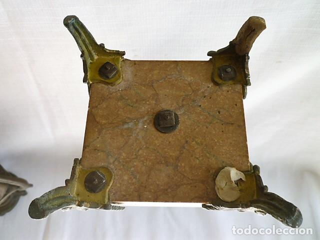 Antigüedades: PAREJA DE BUCAROS DE CAPILLA EN CALAMINA CON BASE DE MARMOL BISELADO – MUY ANTIGUOS – - Foto 2 - 153687710