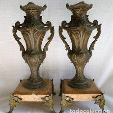 Antigüedades: PAREJA DE BUCAROS DE CAPILLA EN CALAMINA CON BASE DE MARMOL BISELADO – MUY ANTIGUOS –. Lote 153687710