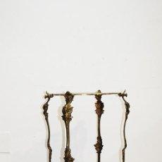 Antigüedades: ANTIGUA MESA ISABELINA DE BRONCE DORADO. Lote 153692998