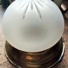Antigüedades: LAMPARA DE TECHO VIDRIO DECORADO. PLAFÓN DE LATÓN. 30 CM DIAMETRO APROX.. Lote 153702758