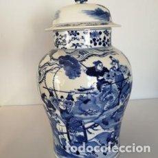 Antigüedades: TIBOR DE PORCELANA JARRÓN CHINO AZUL Y BLANCO TEMATICA BÉLICA FIRMADO. Lote 153704890