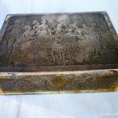 Antigüedades: ANTIGUO JOYERO METALICO CON ESCENA EN RELIEVE DE PARTIDA DE CARTAS - CAJA PARA CARTAS. Lote 153800578