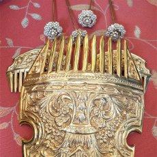 Antigüedades: JUEGO DE 3 PEINETAS ANTIGUAS CON ESCUDO DE VALENCIA Y CUATRO ALFILERES ORIGINALES CON PERLAS.. Lote 153809654