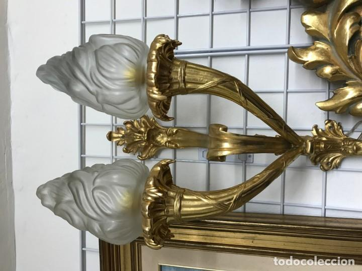 Antigüedades: PAREJA DE APLIQUES DE BRONCE CON UN BAÑO DE ORO FINO Y TULIPAS DE CRISTAL ADAPTADAS PARA CORRIENTE - Foto 2 - 153869482