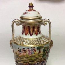 Antigüedades: PRECIOSO JARRÓN EN PORCELANA CAPODIMONTE- CON ROTURA-ALTURA 25 CM. Lote 153876890