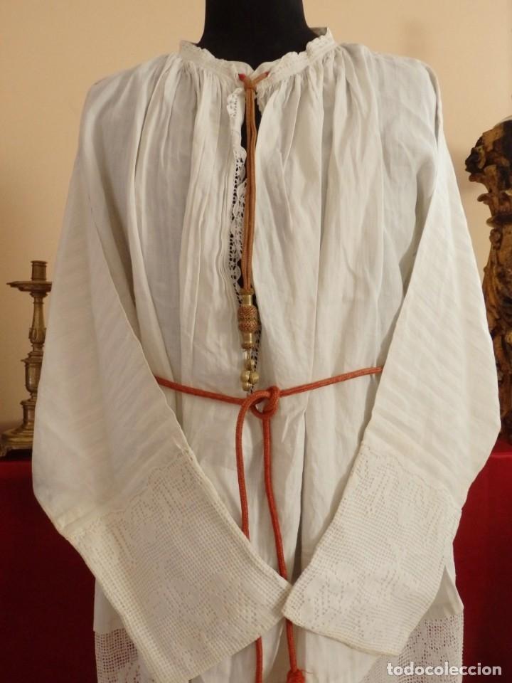 Antigüedades: Alba de amplias dimensiones en algodón y encajes, acompañada de ceñidor y cíngulo. Hacia 1900. - Foto 2 - 153885998
