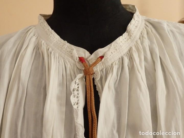 Antigüedades: Alba de amplias dimensiones en algodón y encajes, acompañada de ceñidor y cíngulo. Hacia 1900. - Foto 3 - 153885998