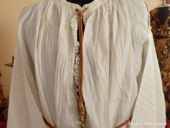 Antigüedades: Alba de amplias dimensiones en algodón y encajes, acompañada de ceñidor y cíngulo. Hacia 1900. - Foto 4 - 153885998