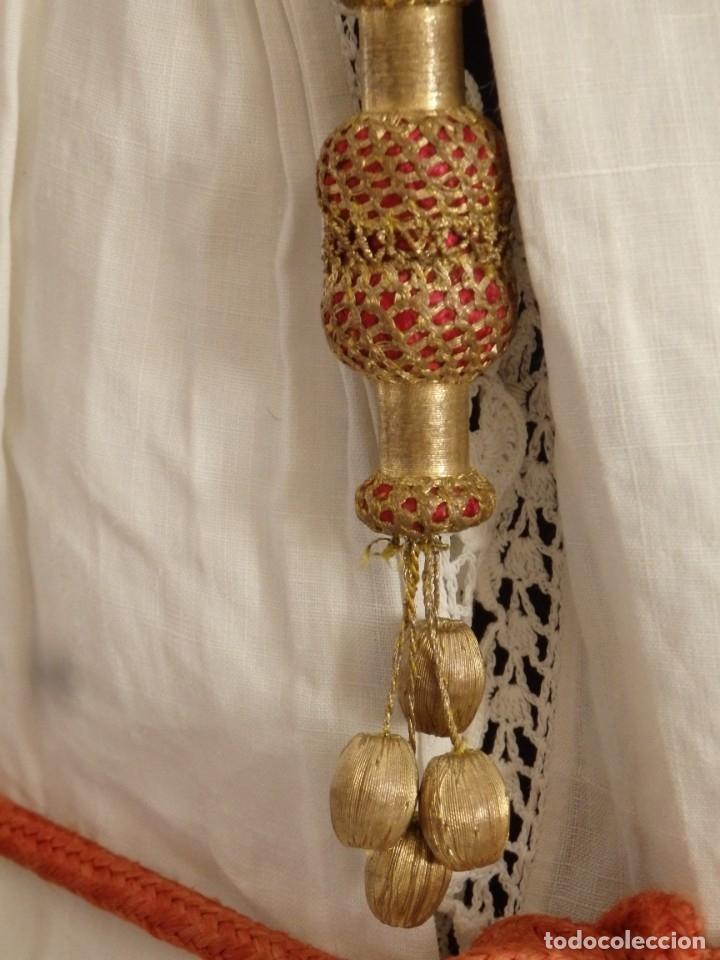 Antigüedades: Alba de amplias dimensiones en algodón y encajes, acompañada de ceñidor y cíngulo. Hacia 1900. - Foto 5 - 153885998